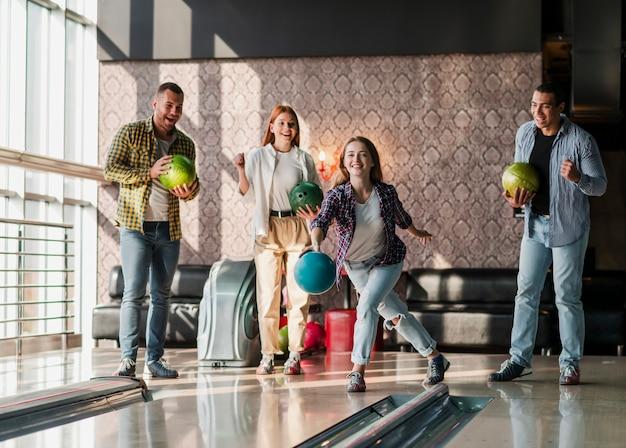 Junge leute, die bowlingspiel spielen