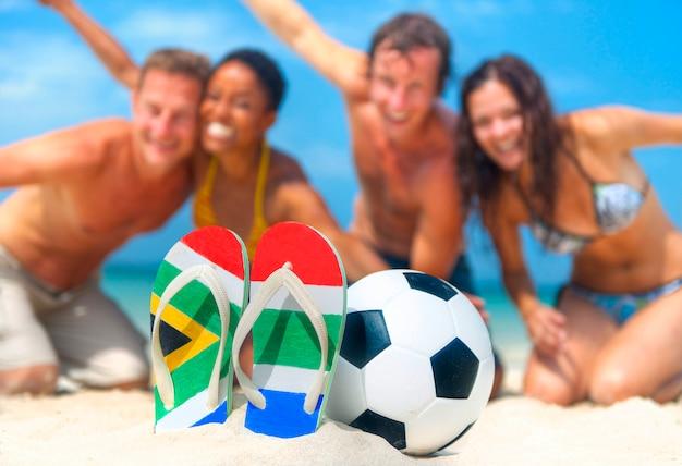Junge leute, die den südafrikanischen fußballweltcup feiern.