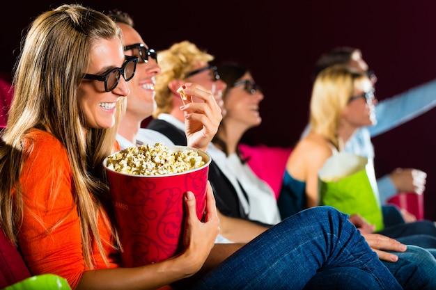 Junge leute, die film 3d am kino aufpassen