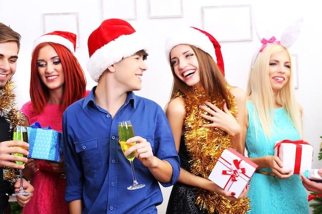 Junge leute, die weihnachten feiern