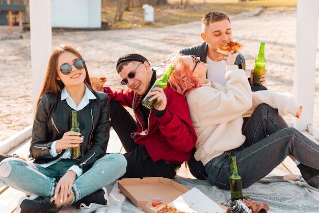 Junge leute, die zusammen spaß auf einem picknick haben