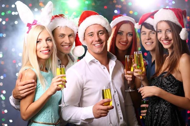 Junge leute feiern weihnachten im club