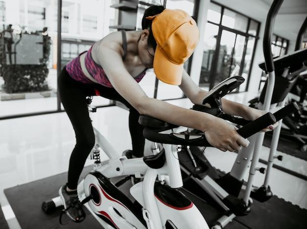 Junge leute gruppe von frauen und männern, die sport in der turnhalle für fitness treiben