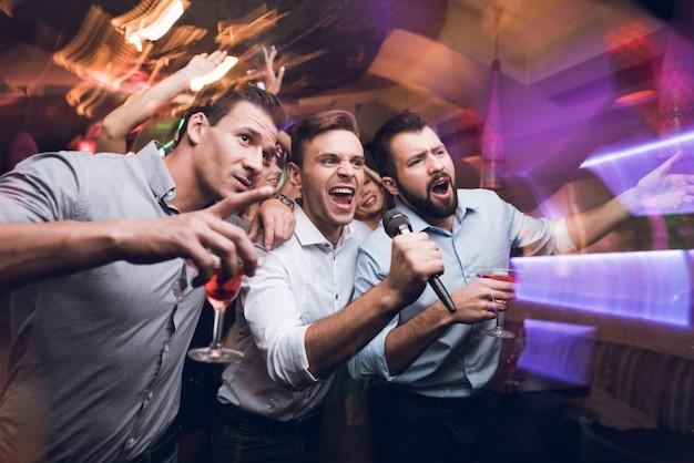 Junge leute haben spaß in einem nachtclub.