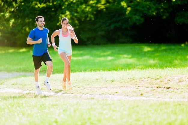 Junge leute joggen und trainieren in der natur
