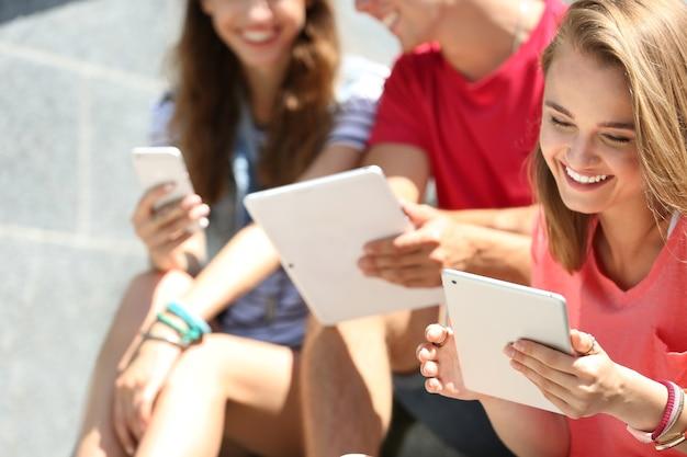 Junge leute mit gadgets