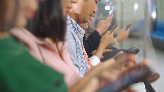 Junge leute mit handy in der öffentlichen u-bahn