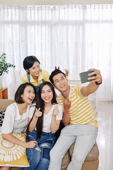 Junge leute posieren für selfie