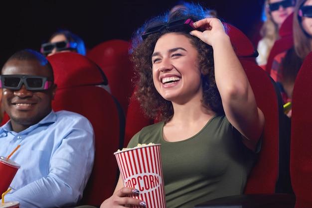 Junge leute sehen sich einen film im kino an