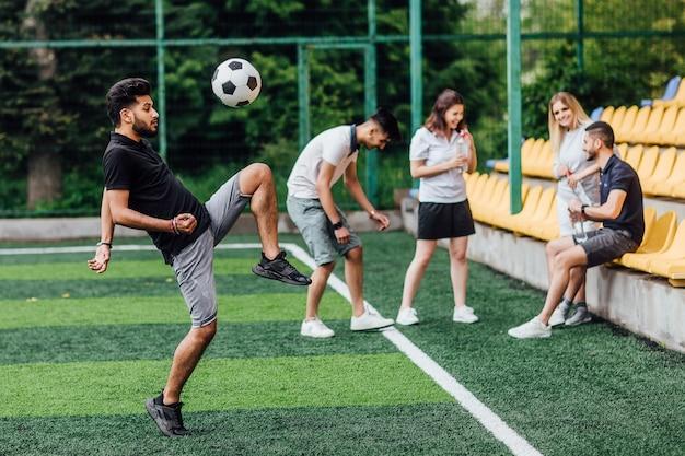 Junge leute spielen fußball