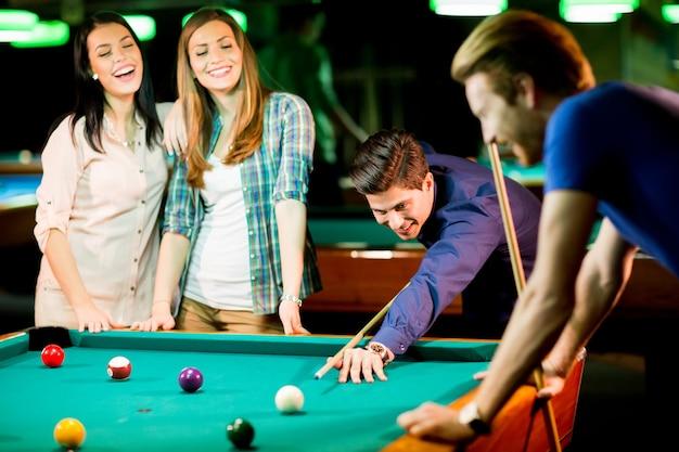 Junge leute spielen pool