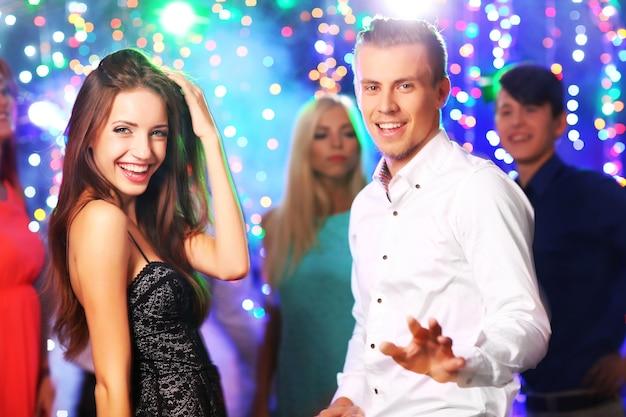 Junge leute tanzen auf party