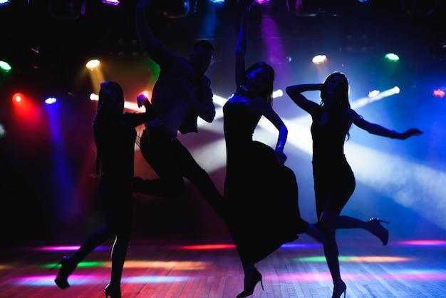 Junge leute tanzen im club