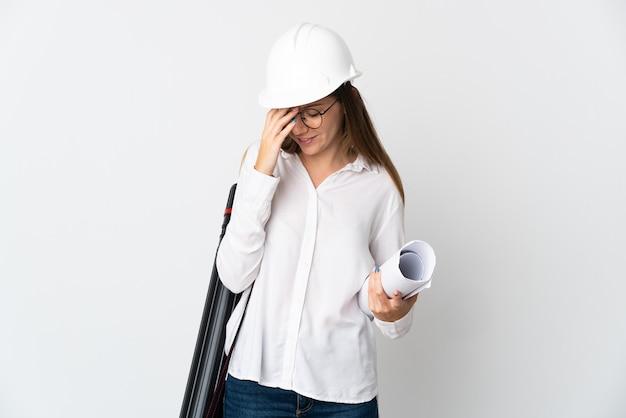 Junge litauische architektenfrau mit helm und halteplänen lokalisiert auf weißem wandlachen