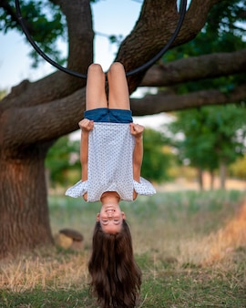 Junge luftgymnastik und baumansicht