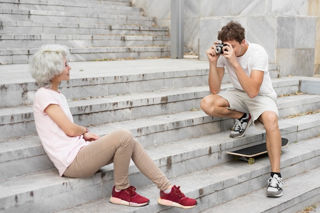 Junge macht ein foto von seiner freundin