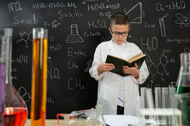 Junge macht experimente im labor