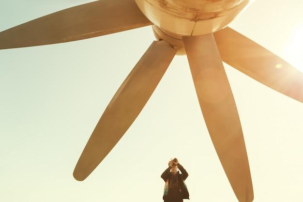 Junge macht foto eines enormen propellers