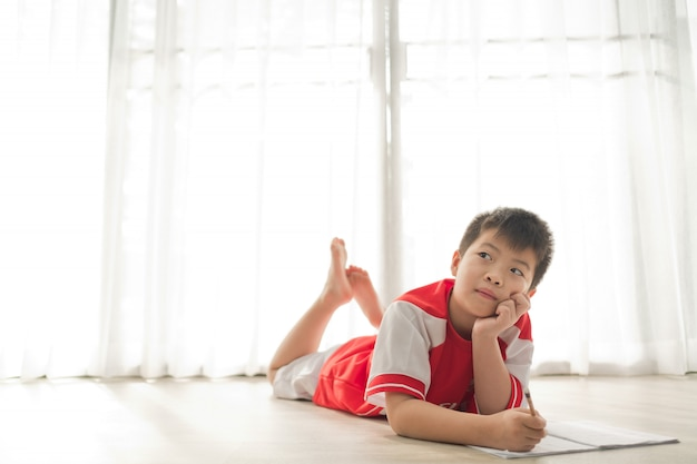 Junge macht hausaufgaben, kind schreibt papier, bildungskonzept, zurück zur schule