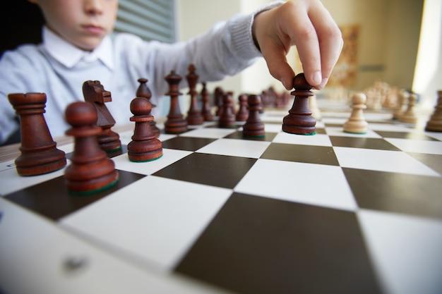 Junge macht schachzug