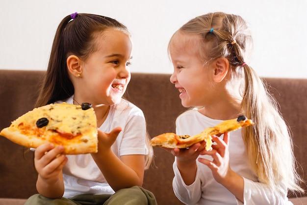 Junge mädchen, die pizza essen