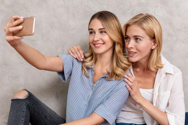Junge mädchen, die zusammen ein selfie machen