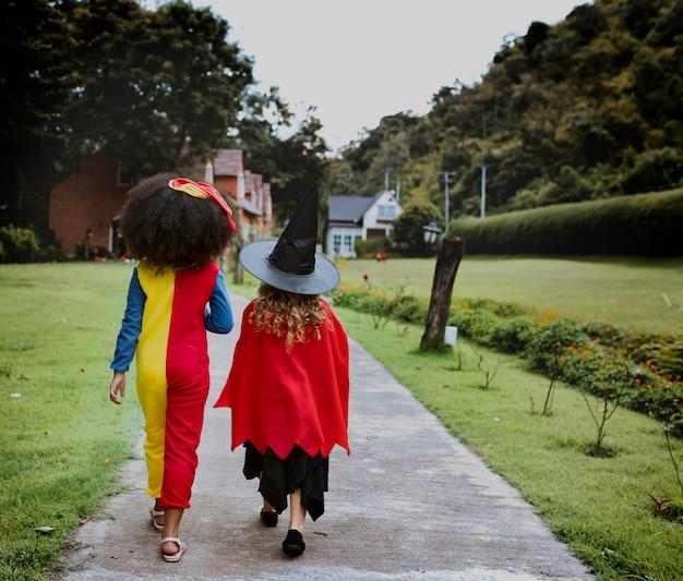 Junge mädchen in halloween-kostümen