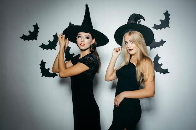 Junge mädchen in kostümen der hexe