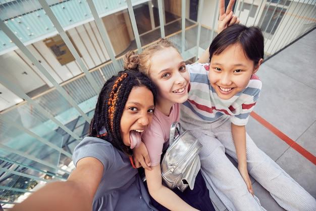 Junge mädchen machen selfie in der schule