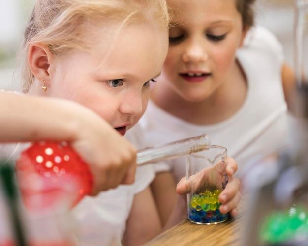Junge mädchen machen wissenschaftliche experimente