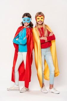 Junge mädchen mit heldenkostümen