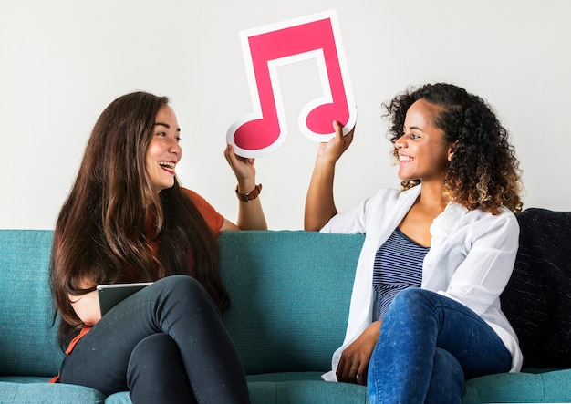 Junge mädchen mit musik beachten ikone