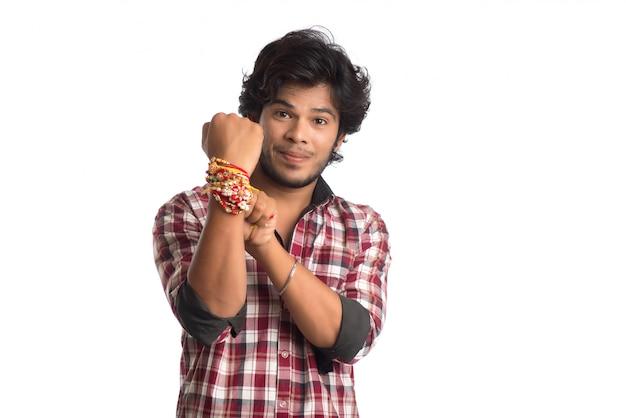 Junge männer, die anlässlich des raksha bandhan festivals rakhi auf seiner hand zeigen.