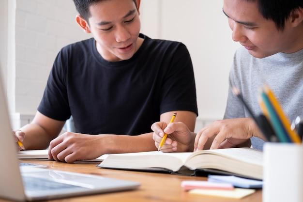 Junge männer, die für eine prüfung studieren