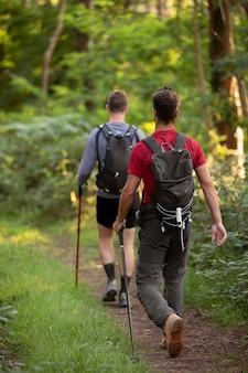 Junge männer gehen zusammen wandern