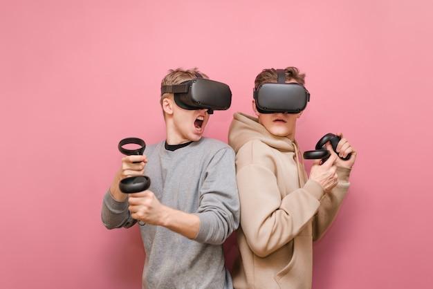 Junge männer mit controller- und vr-helmen, die videospiele spielen