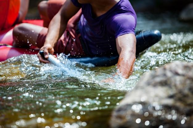 Junge männer raftet auf dem fluss. extremer und spaßiger sport