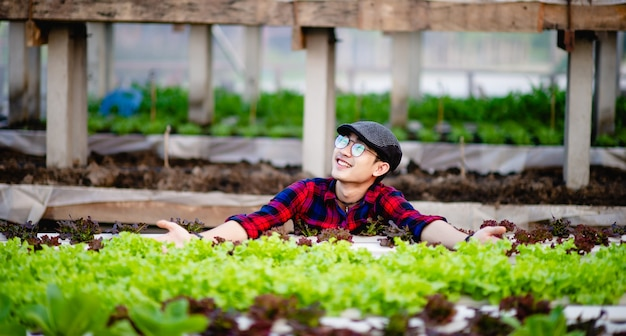 Junge männer und bio-salatgemüse und sein fröhliches lächeln