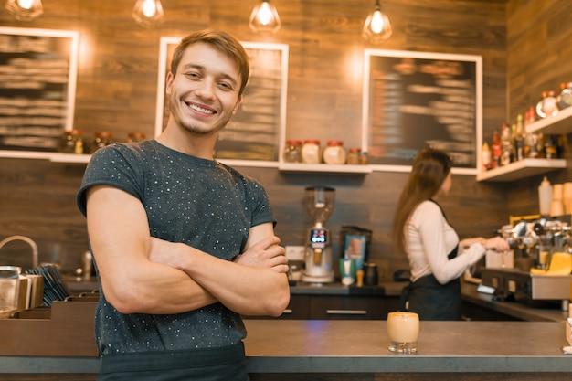 Junge männliche barista kaffeestubearbeitskraft