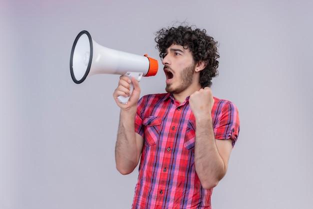 Junge männliche lockige haare isoliert buntes hemd megaphon schreien