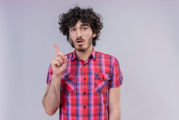 Junge männliche lockige haare lokalisierten bunten hemdideenfinger