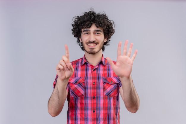 Junge männliche lockiges haar isolierte buntes hemd sechs finger