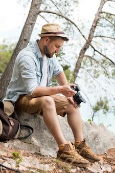 Junge männliche reisende in montenegro in