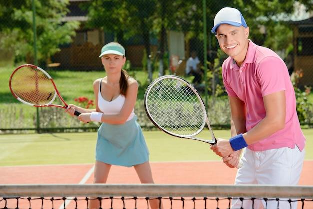 Junge männliche und weibliche tennisspieler.