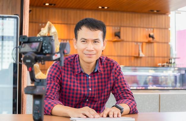 Junge mann blogger arbeiten zusammen, machen video oder leben in social media, freiberufliche konzepte.