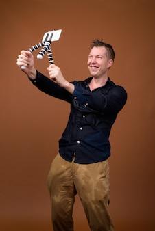 Junge mann influencer in nassen kleidern vlogging mit handy
