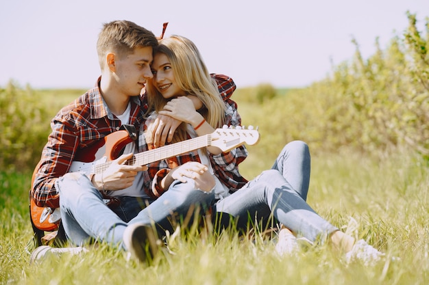 Junge mann und frau paar in einem sommerfeld