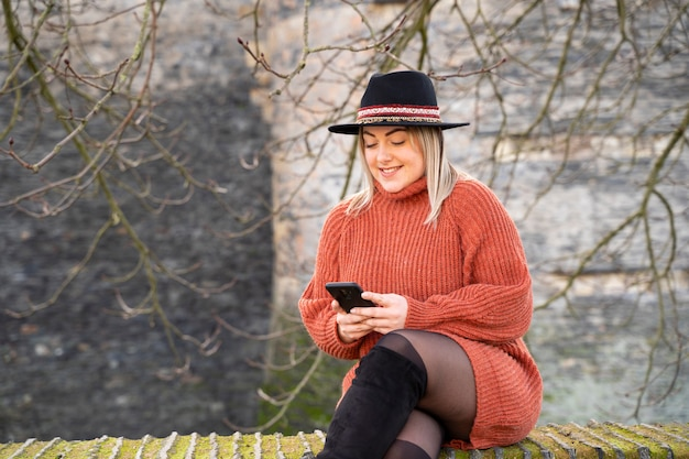 Junge menschen nutzen smartphones und neue technologien, um in europa zu reisen und urlaub zu machen