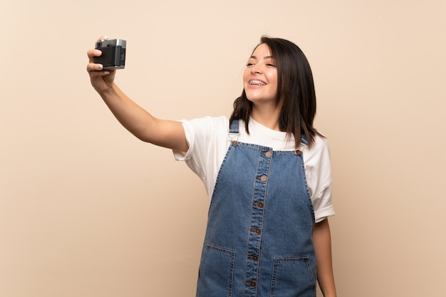 Junge mexikanische frau, die ein selfie macht