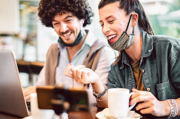 Junge milenial influencer, die kreative inhalte auf der streaming-plattform teilen